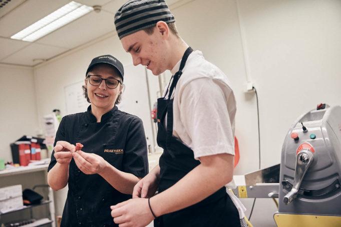 Elev och lärare i bageri