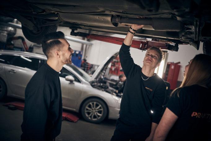 Elever i bilverkstad