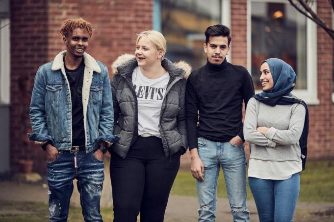 Fyra glada elever utanför skolan