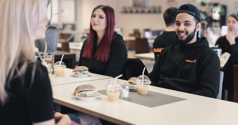 Elever som äter frukost