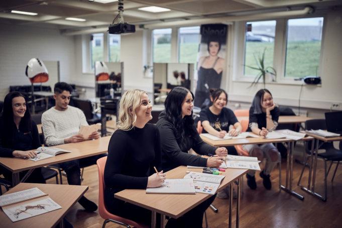 En grupp elever i lektionssal