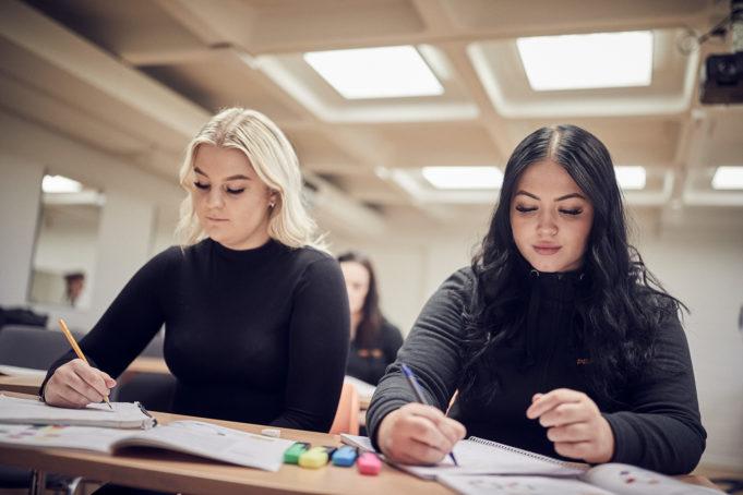Elever pluggar i klassrum