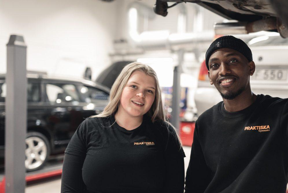 Två elever i fordonsverkstaden