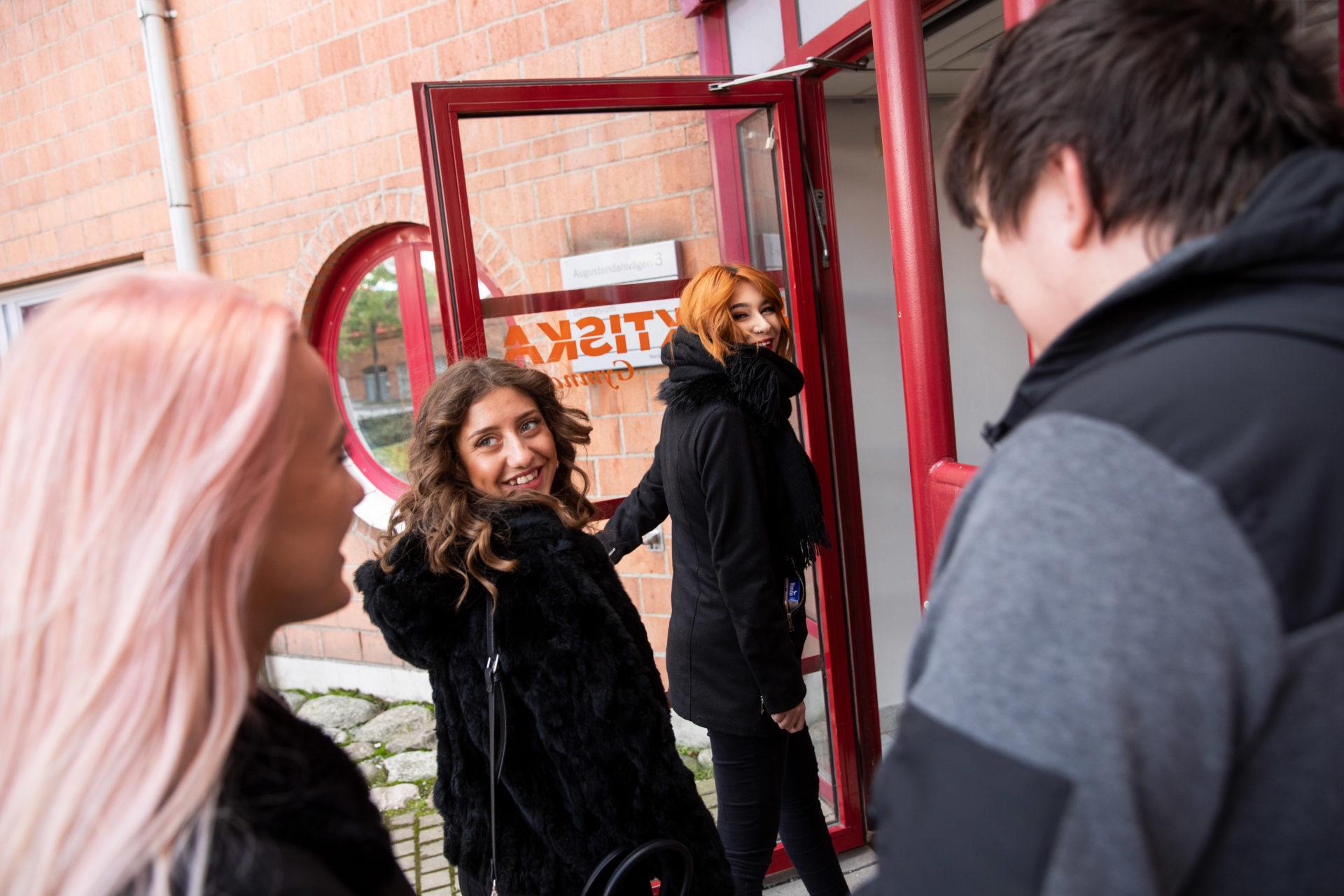 Elever går igenom ingången till praktiska gymnasiet