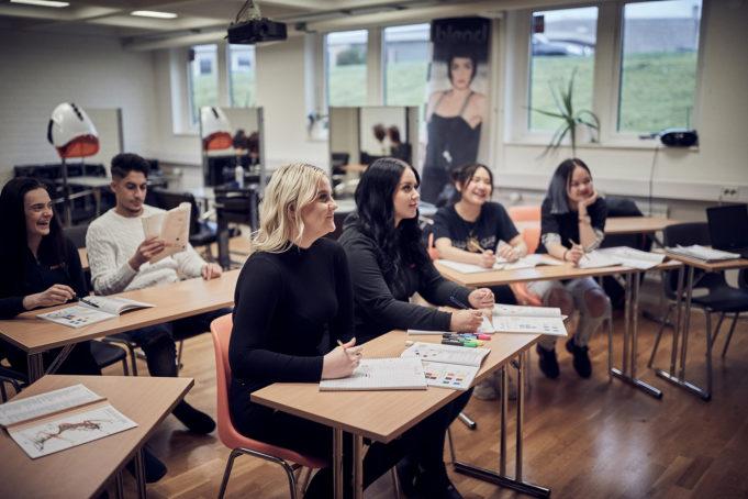 Gruppbild på elever i klassrum