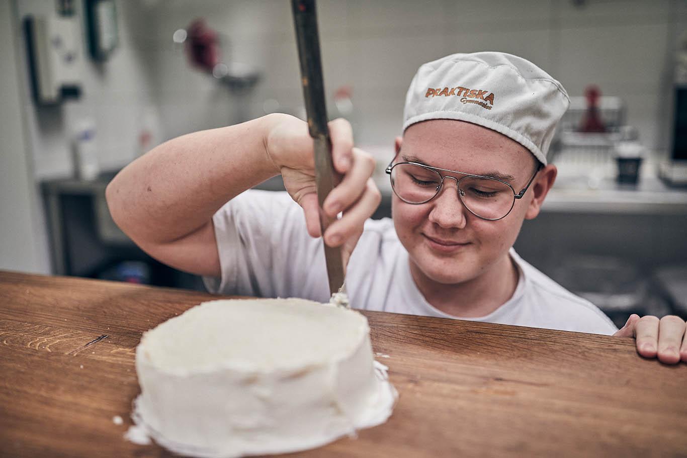 Kille gör tårta