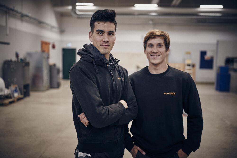Två elever i en verkstad